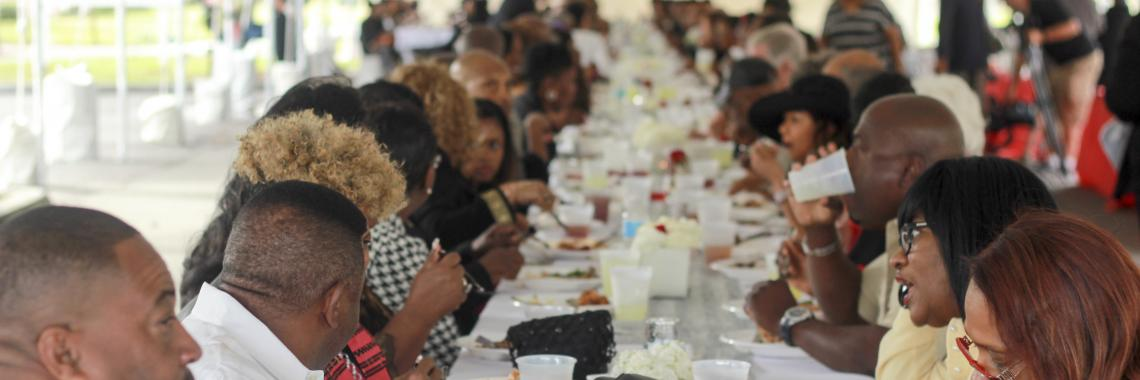 Des gens mangent à la table